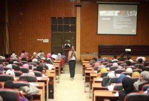 Rayan Mamoon teaching at a Courses Cross Borders education event in Khartoum