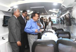 Dr. Harsh Vardhan aboard the Johnson & Johnson Institute on Wheels in India